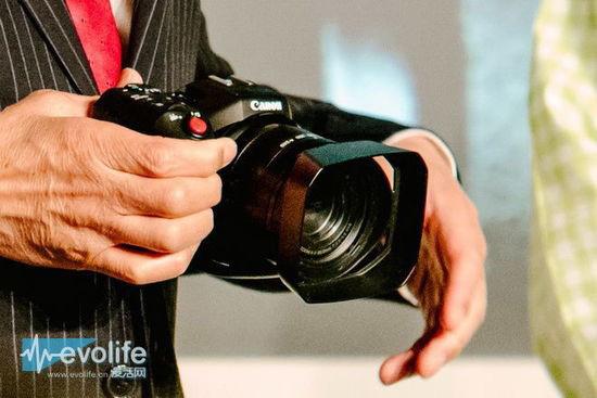 キヤノン4Kビデオカメラの写真とスペック。1インチCMOSセンサーでレンズは35mm換算 24-240mm F2.8-5.6の模様。
