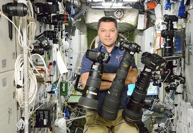 国際宇宙ステーション (ISS) では、ニコンの交換レンズを壁に差して保管してる模様。