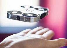 スマホケースに収納できるカメラ付き小型ドローン「AirSelfie」