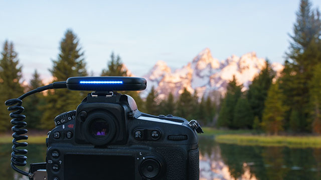 カメラに取り付け最高のショットを可能にするAI搭載カメラアシスタント「Arsenal(アーセナル)」