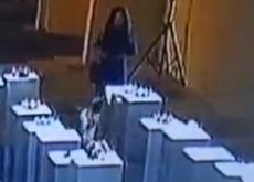 自撮りが原因で美術品がドミノ倒しに。約2,260万円の被害になった模様。