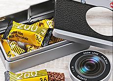 カルディの「カメラ缶 チョコレート」と「レフレックスカメラ チョコレート」。大人気で売り切れ続出の模様。