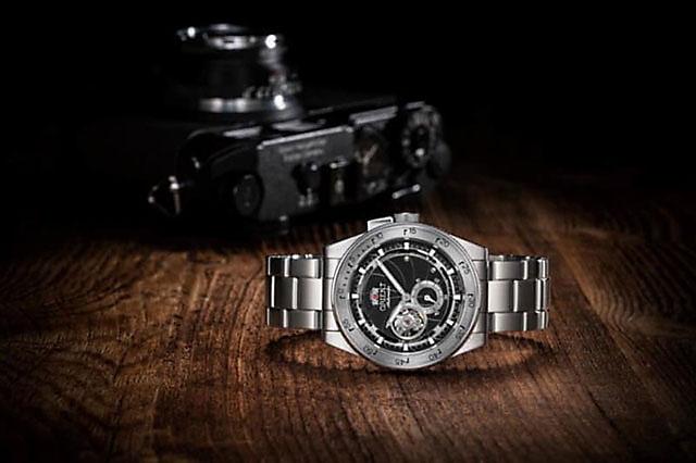 1950年代レンジファインダー式カメラのディテールを随所に盛り込んだ腕時計「ORIENT レトロフューチャーカメラ」
