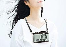 首から下げて使用するカメラ型ハンディファン「Toffy LEDハンズフリーカメラファン」